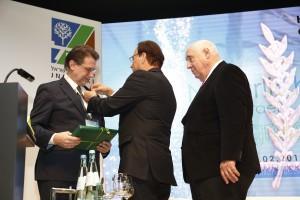 Harald Eckert bekommt den Goldenen Olivenzweig verliehen
