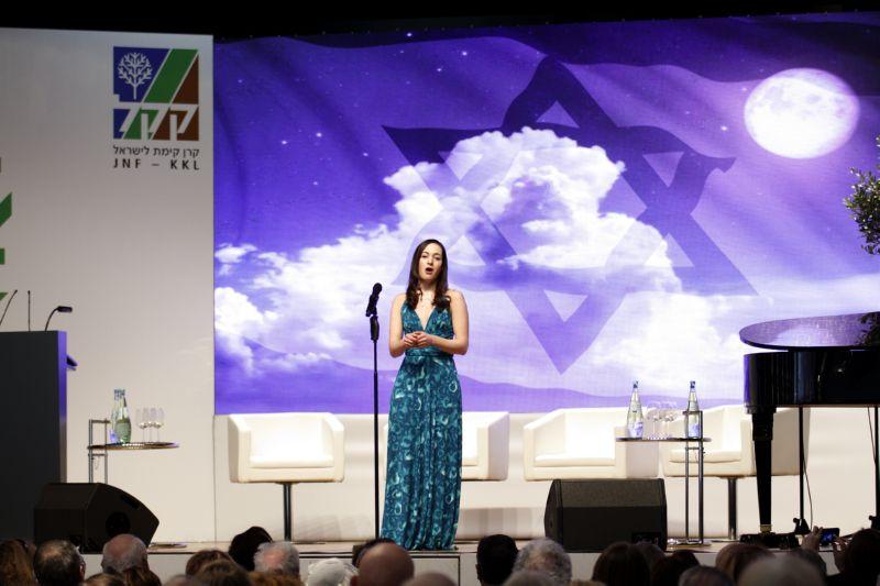 Kleine Person, wunderbare Stimme: die sopranistin Inbal Levertov beim JNF-KKL Israel Kongress Stuttgart 2015